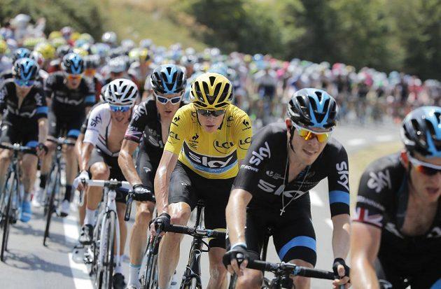 Britský cyklista Chris Froome (ve žlutém trikotu) drží i po třinácté etapě nadále vedení v Tour de France.
