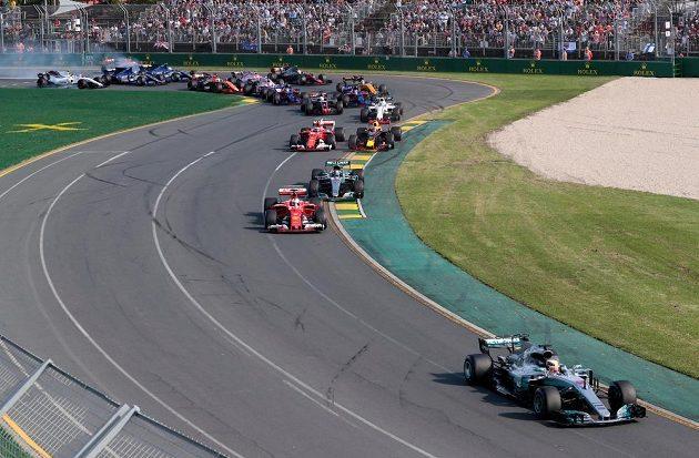 VC Austrálie krátce po startu. Ve vedení Lewis Hamilton