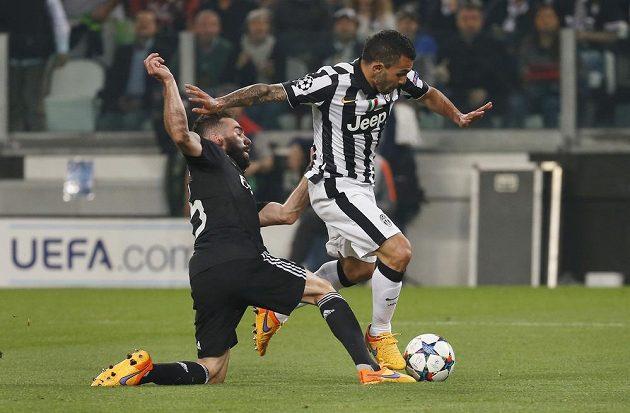 Bek Realu Madrid Dani Carvajal (vlevo) fauluje útočníka Juventusu Carlose Téveze, který o chvíli později proměnil nařízenou penaltu.