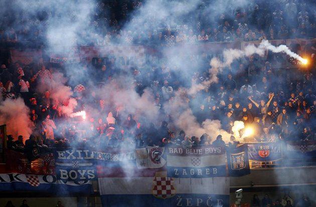 Pohled do kotle fanoušků Chorvatska, kteří přijeli s bohatou zásobou pyrotechniky.