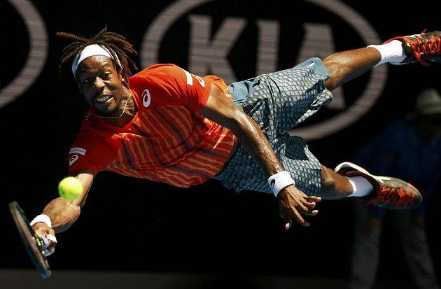 Francouzský tenista Gael Monfils při akrobatickém úderu proti Rusu Kuzněcovovi v osmifinále Australian Open.