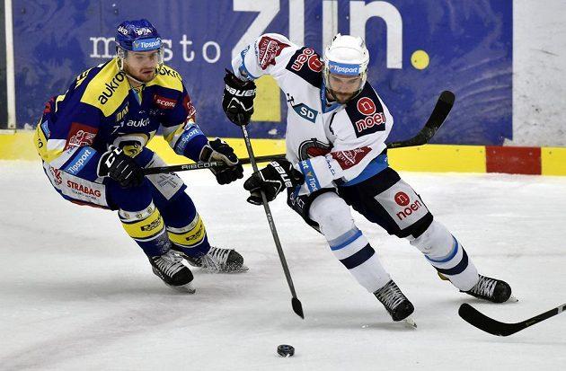 Pavel Sedláček ze Zlína a Michal Vondrka z Chomutova bojují o puk během extraligového utkání.