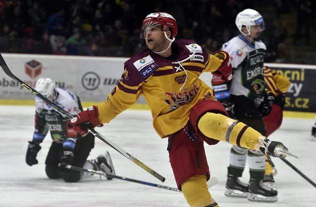 Radost Adama Zemana z Jihlavy z prvního gólu v utkání 5. kola baráže o hokejovou extraligu s HC Energie Karlovy Vary.