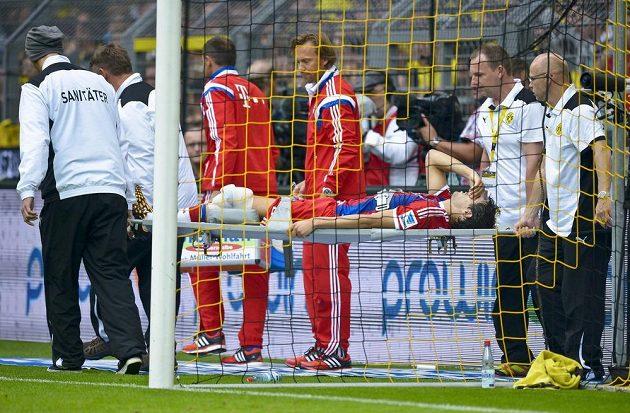 Obránce Bayernu Javier Martínez opustil stadión na nosítkách.
