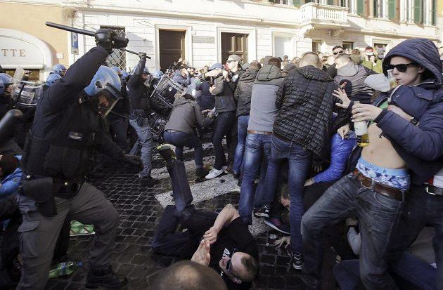 Fanoušci Feyenoordu při střetu s italskou policií u proslulé římské fontány