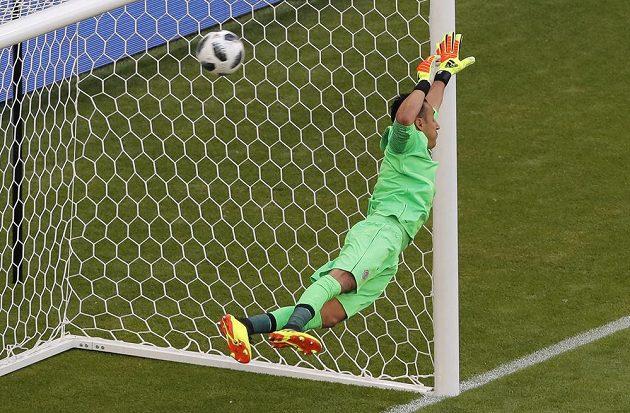 Kostarický gólman Keylor Navas kapituluje po ráně Srba Kolarova.