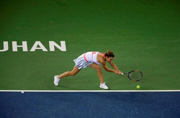 Rumunka Simona Halepová se natahuje po míčku v zápase s Petrou Kvitovou.