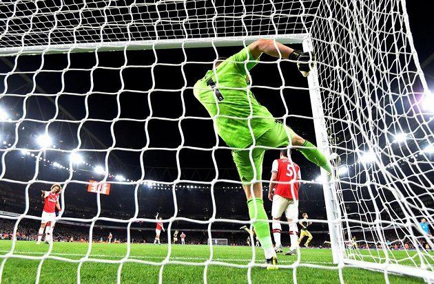 Brankář Arsenalu Bernd Leno je v síti, stejně jako míč. Kanonýři prohrávali s Arsenalem 1:2.