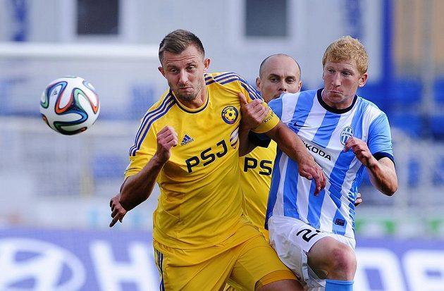 O míč bojují Jiří Krejčí (vlevo) z Jihlavy a Jan Šisler z Mladé Boleslavi. V pozadí Václav Koloušek z Jihlavy.