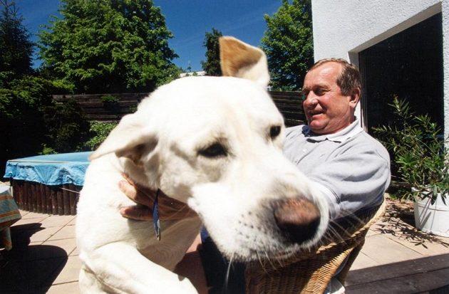 Bývalý trenér české hokejové reprezentace Josef Augusta a jeho pes Rocky.
