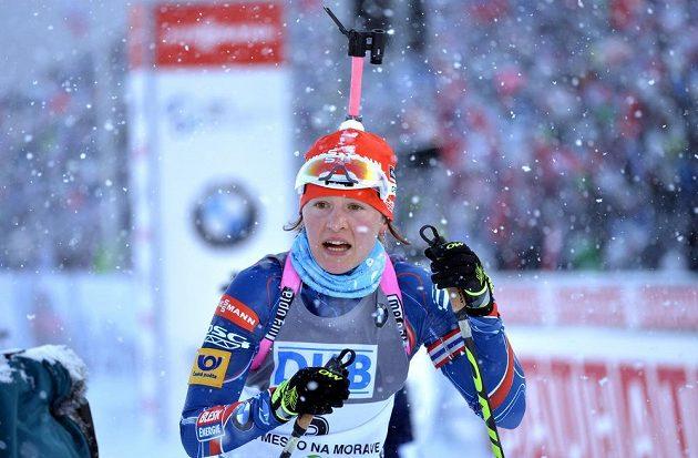 Veronika Vítková v cíli stíhacího závodu SP v biatlonu ve Vysočina Areně v Novém Městě na Moravě dne 8. února 2015.