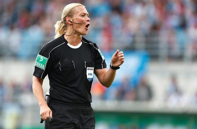 Bibiana Steinhausová, první ženská rozhodčí v první bundeslize.