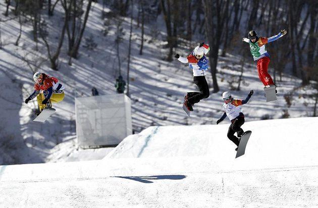Dramatická bitva na trati olympijského závodu ve snowboardkrosu žen. Zcela vlevo Eva Samková.