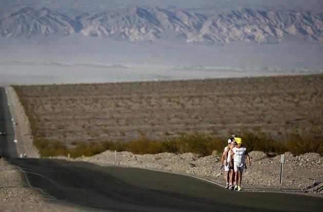 Účastníci ultramaratónu Badwater v Death Valley.