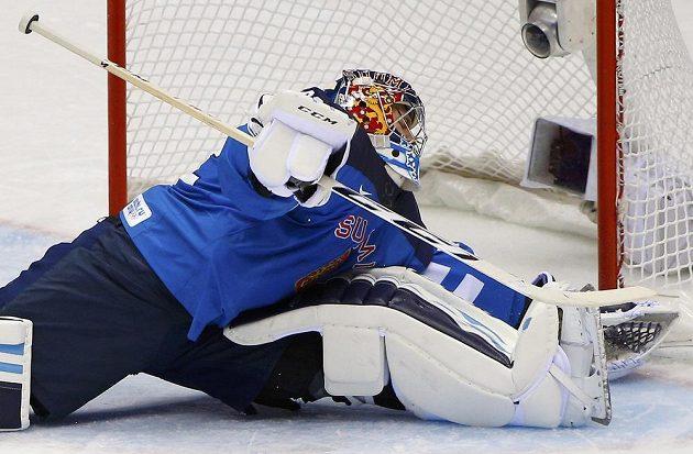 Finský brankář Kari Lehtonen inkasuje první gól z hole Louie Erikssona.