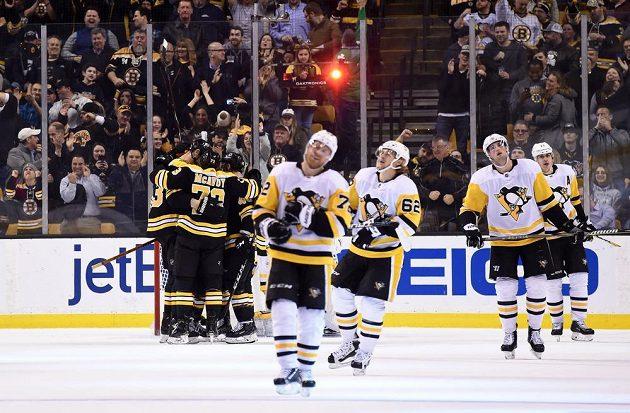 Bostonský uragán zničil v NHL hokejisty Pittsburghu Penguins. V pozadí slaví hráči Bruins Charlie McAvoy s českým centrem Davidem Krejčím. Tučňáci jen zklamaně odjíždějí na střídačku, naopak fanoušci byli u vytržení.