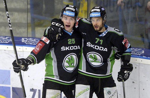 Radan Lenc a Tomáš Hyka z Mladé Boleslavi se radují z gólu na ledě Zlína.