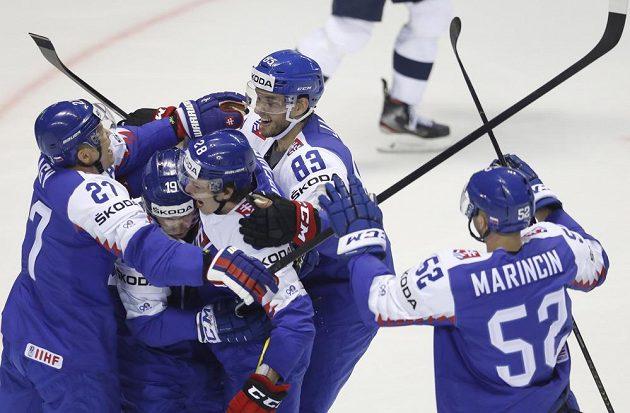 Hokejové Slovensko v euforii po vstřeleném gólu na mistrovství světa. Branku vstřelil Matúš Sukeľ.