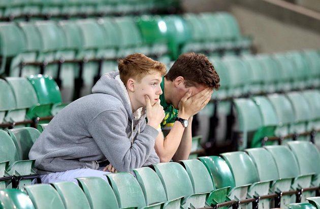Smutní fanoušci Norwiche. Jejich klub padá z Premier League.