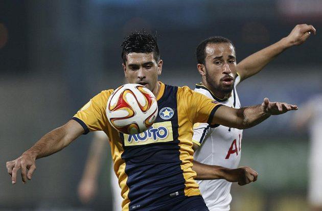 Braian Lluy (vlevo) z Asterasu Tripolis bojuje o míč se záložníkem Tottenhamu Androsem Townsendem.