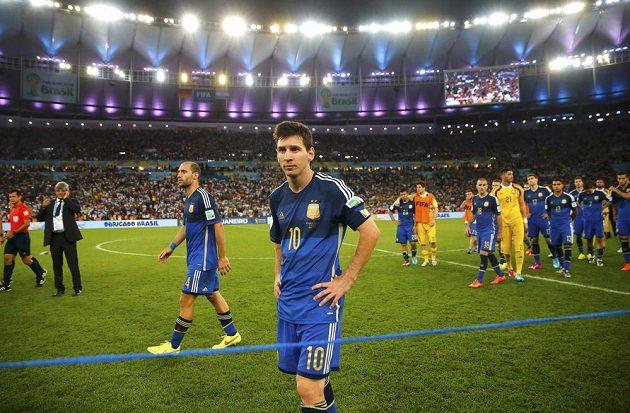 Smutní Argentinci po finálové porážce s Německem. Vpředu je hvězdný Lionel Messi.