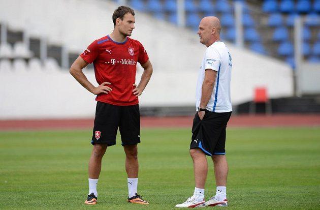 Útočník Michael Rabušic (vlevo) a trenér Michal Bílek během tréninku národního týmu.
