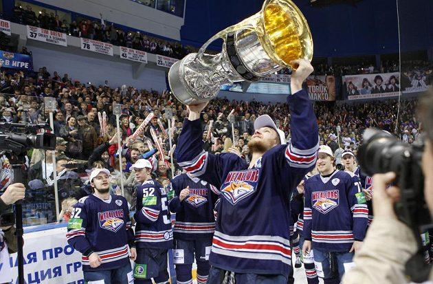 Hráči Magnitogorsku se radují s Gagarinovým pohárem.