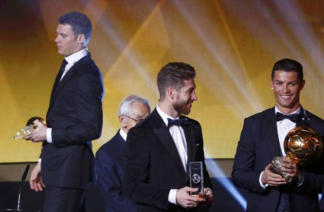 Cristiano Ronaldo (vpravo), držitel Zlatého míče FIFA 2014, a Sergio Ramos během vyhlášení prestižní ankety v Curychu. Vlevo je brankář Manuel Neuer, který skončil v anketě až třetí i za Lionelem Messim.