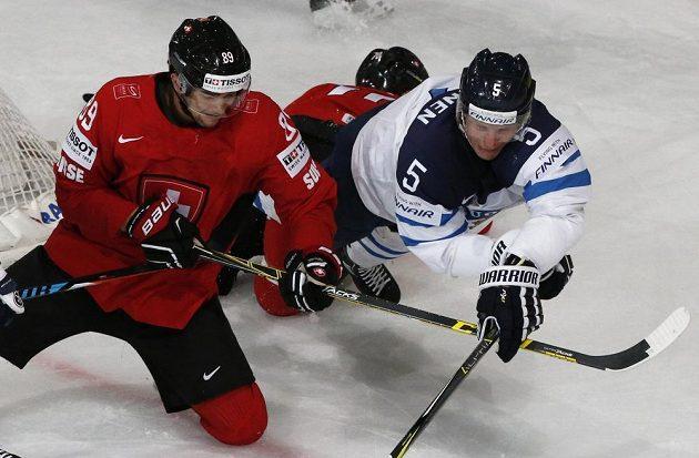 Bitva o každý puk v utkání Finska se Švýcarskem.