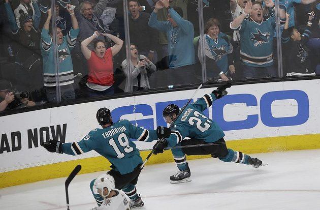 Radost v podání hokejistů San Jose Sharks poté, co Barclay Goodrow (23) vstřelil postupový gól do sítě Vegas.