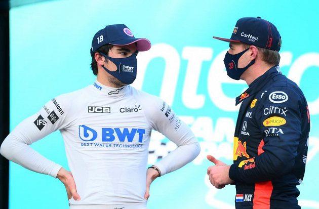 Lance Stroll a Max Verstappen diskutují v cíli kvalifikace na Velkou cenu Turecka.