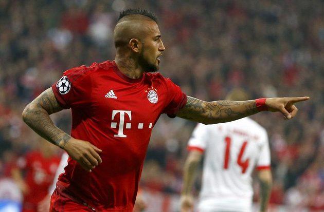 Arturo Vidal z Bayernu jásá po vedoucím gólu proti Benfice.