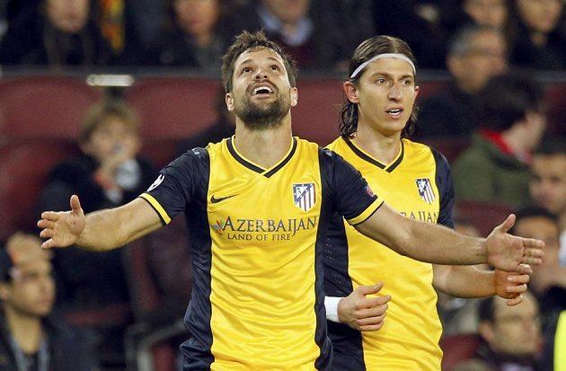Diego Ribas (vlevo) slaví se spoluhráčem z Atlétika Madrid Filipem Luisem gól proti Barceloně ve čtvrtfinále Ligy mistrů.