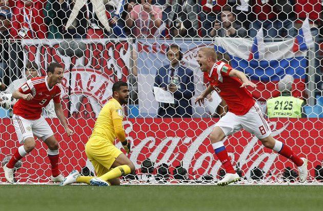 Je to tam! Ruský fotbalista Jurij Gazinskij (vpravo) slaví první gól v zahajovacím utkání MS proti Saúdské Arábii.