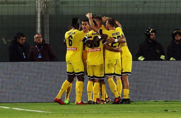 Jakub Jankto obklopen spoluhráči z Udine poté, co dal jeden ze svých gólů proti Crotone.