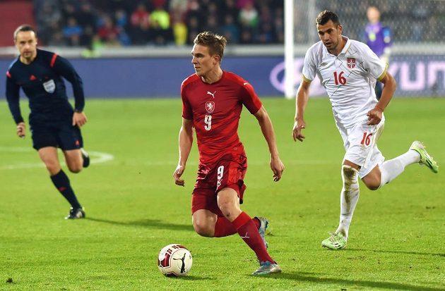 Český záložník Bořek Dočkal (uprostřed) a Luka Milivojevič ze Srbska v přípravném utkání ve Vítkovicích.