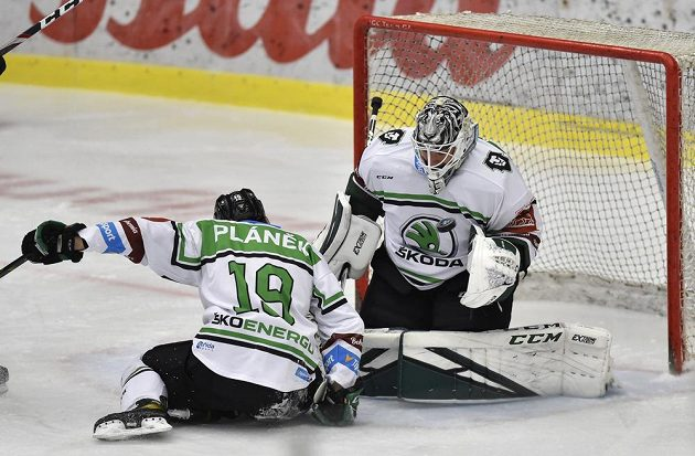 Zleva Martin Pláněk z Mladé Boleslavi a brankář Mladé Boleslavi Jan Růžička během utkání hokejové extraligy.
