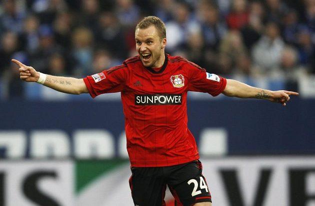 Obránce Michal Kadlec se raduje z gólu svého Leverkusenu proti Schalke.