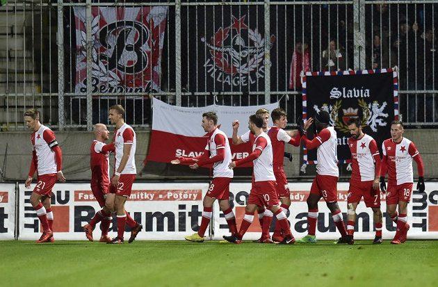Hráči Slavie se radují z úvodního gólu, jehož autorem byl Jaromír Zmrhal (čtvrtý zleva).