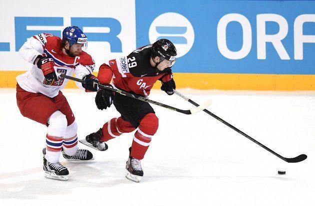 Český útočník Jakub Voráček stíhá Kanaďana Nathana Mackinnona.