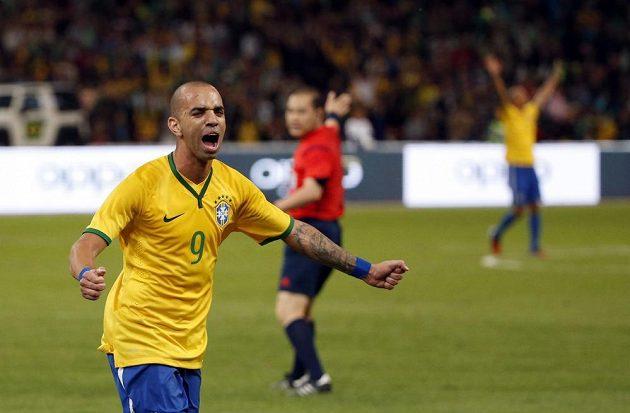 Brazilský útočník Diego Tardelli se raduje ze svého gólu v přípravném utkání proti Argentině.