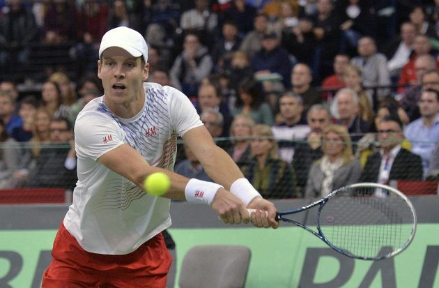 Tomáš Berdych v utkání proti srbské jedničce Novaku Djokovičovi.