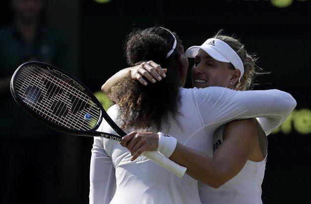 Serena Williamsová se objímá po finálovém zápase se svou přemožitelkou Angelique Kerberovou.
