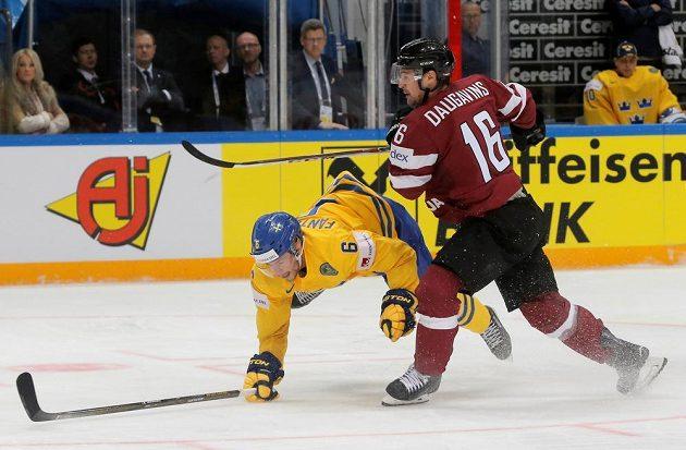 Švéd Oscar Fantenberg (vlevo) bojuje o pák s Lotyšem Kasparem Daugavinšem.