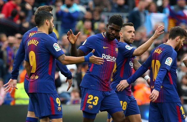 Barcelonský fotbalista Samuel Umtiti slaví se spoluhráči gól v síti Valencie ve španělské lize.