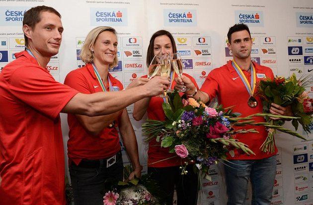 Medailisté z mistrovství Evropy v Curychu jsou v Praze. Zleva Vítězslav Veselý, Barbora Špotáková, Anežka Drahotová a Jan Kudlička.