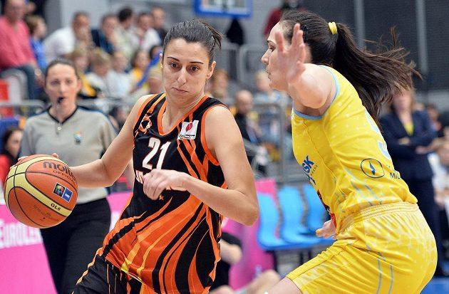 Alba Torrensová (vlevo) z Jekatěrinburgu se snaží prosadit přes Sonju Petrovičovou z USK Praha.