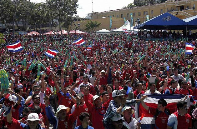 Fanoušci v Kostarice slaví gól svého národního týmu proti Itálii na MS v Brazílii.