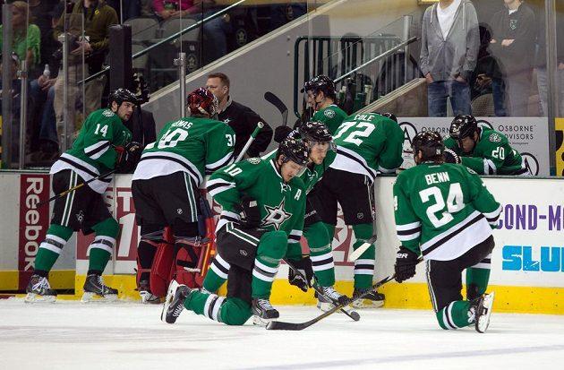 Šokovaní hokejisté Dallasu poté, co na střídačce zkolaboval útočník Rich Peverley.