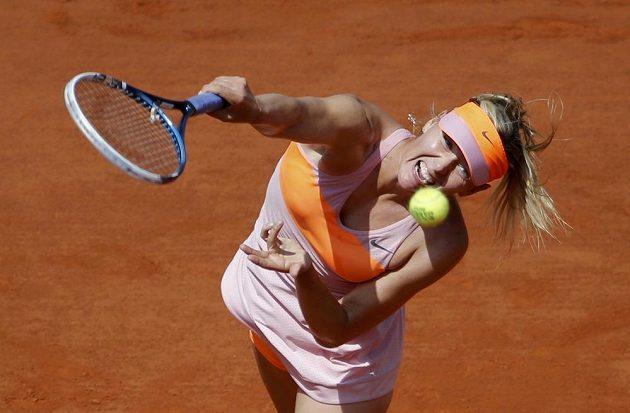 Servis Marie Šarapovové ve finále antukového French Open.